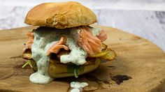 Rezept für Flammlachsburger mit selbst gemachten Loimulohi - Flammlachs, knusprigen Kartoffelscheiben und Dillsauce.