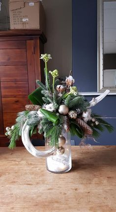 How to work out a personalized holiday menu - HomeCNB Christmas Flower Arrangements, Christmas Flowers, Christmas Balls, Christmas Wreaths, Xmas, Unique Christmas Decorations, Christmas Centerpieces, Holiday Decor, Minimal Christmas