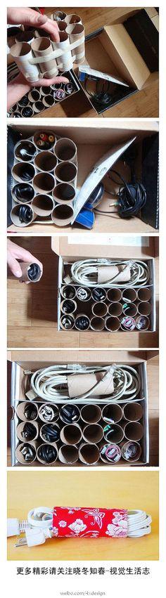 Rolinhos de papelão do papel higiênico são ótimos organizadores de fios de eletrônicos.