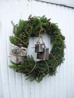 rustic wreath with birch bark & cow bells. Decoration Christmas, Noel Christmas, Country Christmas, Xmas Decorations, Winter Christmas, Christmas Crafts, Natural Christmas, Thanksgiving Holiday, Xmas Wreaths