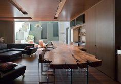 un dessus de table en bois en forme originale et des tabourets de bar
