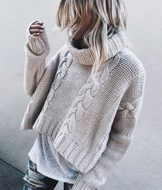 A trend of this winter season 2018 - Turtle Neck Sweaters Wide and Short. I think this kind of sweaters looks great with a casual look like this, with worn jeans and a long tshirt below. With what look? Crop Pullover, Pullover Mode, Pullover Outfit, Pullover Sweaters, Knitting Sweaters, Sweater And Shorts, Sweater Outfits, Fall Outfits, Casual Outfits