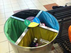 La papelera está dividida en 4 partes. 1/4 es para materia orgánica, 1/4 para papel, 1/4 para plástico y 1/4 para el resto de basura. Barware, Bucket, Canning, Waste Container, The World, Organic Matter, Fractions, Glass, Paper Envelopes