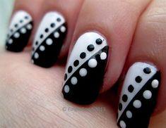 Blanco y negro con puntos.