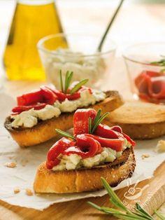 Bruschette ai peperoni e formaggio: una ricetta genuina e rustica, dal sapore contadino, per apprezzare il gusto al naturale di ingredienti freschi.
