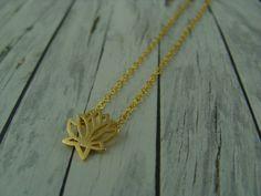 Ketten kurz - Kurze, minimalistische Kette Lotusblüte vergoldet - ein Designerstück von buntezeiten bei DaWanda