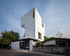 Construido en 2016 en Bangkok, Tailandia. Una casa para un fotógrafo y un paisajista; Casa Aperturaenmarca sus naturalezas circundantes y abraza el mundo natural dentro de su serena...