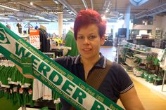 332 / Dem Kind ein Trikot oder einen Schal von Werder schenken -   Dieser Punkt war einer der leichteren Übungen. Wir haben den Schal im Karstadt Sporthaus erworben. Auch wenn die Auswahl nicht ganz so üppig ist wie im Fanshop, sollte auch hier jeder fündig werden.
