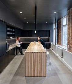 LiveRamp – Studio O+A – Office lounge Corporate Office Design, Office Space Design, Corporate Interiors, Workplace Design, Office Interiors, Office Lounge, Staff Lounge, Office Break Room, Lounge Design