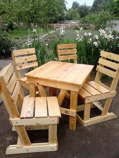 My Pallet Wood Garden Dining Set has 4 chairs and a table just the right size for fun lunches with the family or intimate evening dining for two. Pallet Wood Garden Dining Set dimensions: The chairs are tall x… Pallet Garden Furniture, Diy Home Furniture, Pallets Garden, Furniture Projects, Outdoor Furniture Sets, Coaster Furniture, Furniture Plans, Pallet Dining Table, Pallet Chair