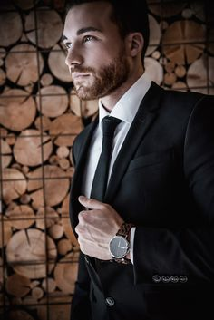 Vlastnosti hodiniek ROBERTO predstavujú spojenie talianskeho dizajnu a životného štýlu Južného Tirolska:  prírodné materiály 100% drevo trvalá udržateľnosť automatické naťahovanie ľahké ako pierko Dna, Modeling, Modeling Photography, Models, Gout