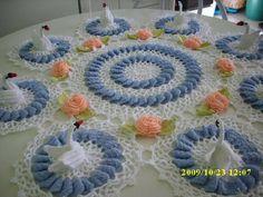 Produzido com linha Cléa 100% algodão, composto de 9 módulos, 8 cisnes, 8 flores com 16 folhas, sendo que cada flor possui uma pérola em cada miolo R$ 200,00