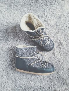 Cet hiver, on prend soin de ses petits petons et on les glisse dans une paire de boots fourrées toutes douces ! Moon Boots classiques pour les skieuses ou à talons pour celles qui veulent être au chaud en ville, il y en a pour tous les goûts dans notre sélection. Bon shopping ! Crédit Photo : Anniel / Pinterest Pauline Arnal @powarnal
