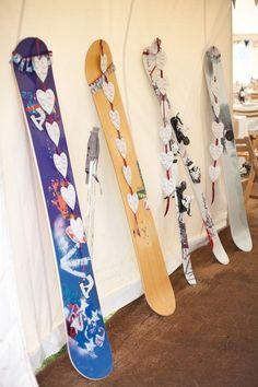 Nos encanta esta idea para novios esquiadores! Ideal para bodas en invierno! #seatingplan con tablas de snowboard y esquíes.