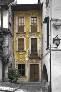 European rowhouse or flat. Italian maybe? The Effective Pictures We Offer You About metal facade A quality picture can tell you many things. You can find the most beautiful pictures that can be pres Beautiful Architecture, Beautiful Buildings, Architecture Details, Interior Architecture, Interior And Exterior, Beautiful Homes, Beautiful Places, Beautiful Pictures, Yellow Houses