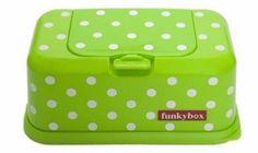 Diese farbenfrohe Feuchttücher-Box ist ein toller Blickfang in jedem Kinderzimmer aber auch sehr praktisch für unterwegs.Sie lässt sich einfach öffnen (Klappdeckel) und bietet Platz für die handelsüblichen Feuchttücher-Packungen (diese sind nicht im Lieferumfang enthalten).Material: hochwertiger, stabiler KunststoffMaße (L/B/H): ca. 22 x 11 x 9cm******Es handelt sich bei diesem Produkt um NEUWARE m. Etikett (Lieferung ohne Windeln).Privatverkauf: KEINE RÜCKNAHME, GEWÄHRLE...