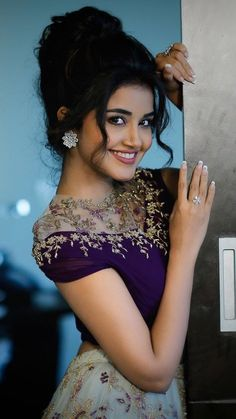 South Indian actress Anupama Parameswaran new photo gallery. Latest picture gallery of actress Anupama Parameswaran. Beautiful Bollywood Actress, Most Beautiful Indian Actress, Beautiful Actresses, Beautiful Girl In India, Beautiful Girl Photo, Beautiful Women, Indian Wedding Photography Poses, Girl Photography Poses, Beauty Full Girl