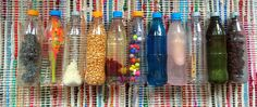 Basteln für Babys und Kleinkinder mit PET Flaschen und Haushaltsüblichen Gegenständen. Das Ergebnis ist zugleich Rassel und Spielzeug zum Entdecken und zum Ein- und Ausräumen. Meine Kinder lieben es!