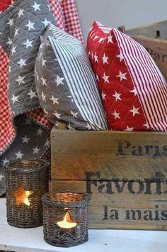 Mooie kussentjes rood met sterren (ook in donkerblauw). gezellig op een stoere kinderkamer of op de bank in de woonkamer. Er zijn bijpassende plaids/quilts verkrijgbaar!
