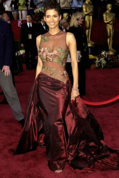 Halle Berry wore one of the most iconic dresses in Oscars history when she arrived in an Elie Saab gown to the 2002 Academy Awards. Create the look for your Best Oscar Dresses, Oscar Gowns, Iconic Dresses, Nice Dresses, Event Dresses, Long Dresses, Simple Dresses, Party Dresses, Casual Dresses