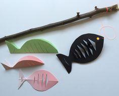 Knutselen met takken. Hengel maken . Voor deze vis : vouw 2 blaadjes dubbel , knip een halve vis uit en knip schuin in . Vouw de vissen open en vouw de inkepingen om, 1 voor de voorkant en 1 voor de achterkant van de vis en lijm ze op elkaar.