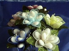 Idillio --  	  Elegant confetti flower.  Colors:  white, ivory, pink, peach, fuschia, light blue, medium blue, dark blue, lemon yellow, red, apple green, bottle green, bordeaux, violet, mustard, orange, lilac, golden yellow, some in silver or gold.