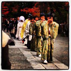 鎌倉@鶴岡八幡宮。結婚式に向かう花嫁行列