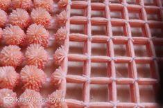 Cómo hacer una alfombra de pompones paso a paso, explicado con fotos y video КАК СДЕЛАТЬ ПЛЕД ИЗ ПОМПОНОВ ЗА ОДИН ДЕНЬ - 3 МК. Crochet Mat, Crochet Cross, Macrame Toran, Loom Board, Pom Pom Baby, Fancy Bows, Loom Craft, Peg Loom, Pom Pom Crafts