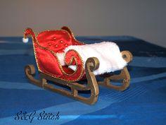 Was Für Ein Hingucker !! Luxus Santaschlitten In Satin, Holz Und Polarfleece. Liebevoll Dekoriert bis ins Detail !!
