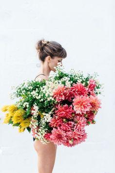 » Girls with flowers... (Nicole Valentine Don, Luisa Brimble and The Flower Era, http://www.nicolevalentinedon.com/2015/05/04/girl-holding-flowers/)