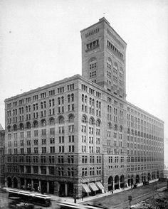 AUDITORIUM BUILDING CHICAGO (1889)_Louis Sullivan e Dankmar Adler. La struttura è in ferro e muratura, il basamento in bugnato di pietra e dal terzo piano in suil rivestimento è in pietra levigata.