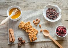 Manuka Honey and Oat Granola Bars Healthy Granola Bars, Homemade Granola Bars, Healthy Snacks, Healthy Eating, Healthy Recipes, Breakfast On The Go, Eat Breakfast, Breakfast Muffins, Granola Barre