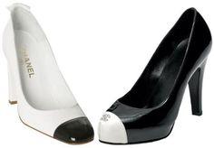 """Era 1957 cuando Coco Chanel creó por primera vez lo que se convertiría en el famoso modelo tope de pies: un par de bombas se caracteriza por la combinación de blanco y negro.  De momento ha pasado, pero entre los puntos fijos de la moda eran los zapatos de dos tonos que aún representan la clase y la elegancia de la moda francesa hecha en el símbolo de la maison (un poco """"como la bolsa de cuero acolchado), fue inspirado por un par de zapatos de hombres"""