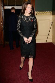Evolução do vestido pretinho básico, dos anos 20 até hoje - Kate Middleton usando um vestido pretinho básico de renda - 2015