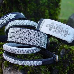 Sameslöjd This jewellery dates back to 400 year old Sami craft traditions, love it. Handmade Bracelets, Handcrafted Jewelry, Cuff Bracelets, Strand Bracelet, Lappland, Blue Lace Agate, Bangle Set, Tribal Jewelry, Jewellery Storage