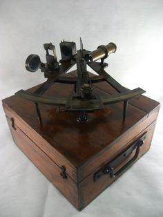 Sextante - Instrumento de navegação antigo em bronze. Completo em caixa original.  #Leilão Online neste Sábado, 16/05/15.  Ao Vivo a partir das 15h.  Participe e repasse aos amigos!