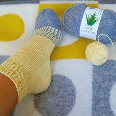 @tantulltuss på Instagram Crochet Socks, Knitting Socks, Baby Knitting, Knit Crochet, Beginner Knitting Patterns, Knitting For Beginners, Crochet Patterns, Crochet Ripple, Sock Toys