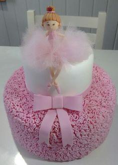 +de 60 Ideias de Bolo da BAILARINA > VEM VER < #BoloDecorada #BolosDecoradas #Bailarina #BolodaBailarina #BoloBailarina #Cake #BoloBailarinaDecorado Dolphin Birthday Cakes, Baby Birthday Cakes, Minnie Birthday, Ballerina Birthday Parties, Ballerina Party, Bolo Fack, Tutu Cakes, Torta Baby Shower, Ballerina Cakes