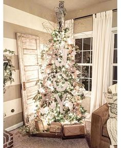Looking for for inspiration for farmhouse christmas tree? Check this out for cool farmhouse christmas tree inspiration. This farmhouse christmas tree ideas will look wonderful. Cottage Christmas Decorating, Farmhouse Christmas Decor, Country Christmas, Christmas Island, Modern Christmas, Outdoor Christmas, Christmas Decor For Kitchen, Western Christmas Tree, French Christmas Decor
