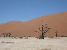 Auf keinen Fall fehlen darf Sossusvlei im Sonnenaufgang. Und wenn Du eine Düne weiter gehst, kannst Du die Wüste  so richtig genießen.