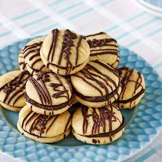 Dubbla kakor med läcker smörkräm.