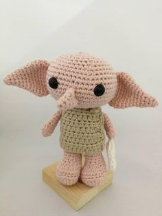 Dobby is the most beloved elf of all time. Dobby is hand-woven, with cotton yarn. Harry Potter Dolls, Harry Potter Crochet, Harry Potter Items, Theme Harry Potter, Crochet Kawaii, Cute Crochet, Crochet Crafts, Crochet Projects, Crochet Amigurumi Free Patterns