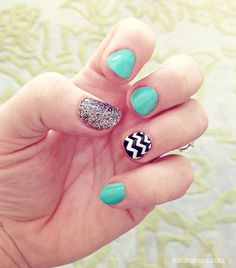 Love the black and white chevron nail for an accent nail!