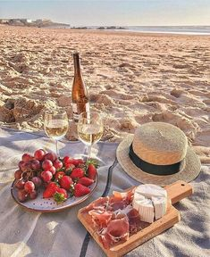 Picnic on the beach inspiration. Perfect way to spend a weekend afternoon. Picnic Date, Beach Picnic, Summer Picnic, Comida Picnic, Romantic Picnics, Picnic Foods, Summer Aesthetic, Beach Day, Summer Vibes