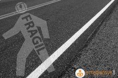 Más de la quinta parte de las muertes por accidentes de tránsito en todo el mundo no son ni automovilistas, ni motociclistas, ni siquiera ciclistas, sino peatones. A menudo, se pueden prevenir las muertes o traumatismos que sufren los peatones y, si bien existen intervenciones de eficacia probada, en muchos lugares todavía no se concede a la seguridad peatonal la atención que merece.
