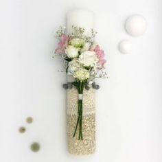 … sau cum să iubești armonia. O lumânare în tonuri domoale de beige și gri, cu materiale și texturi diverse, suprapuse în acord. Nisip natur și argintiu, dantele structurate și textile lustruite, alături de foița de argint, doar ca accent. Flori delicate de Lysiantus, Alstroemeria si Gypsophila. Elemente multiple și variate ce crează în final o imagine unitară, ca piesele unui joc de puzzle. Vase, Home Decor, Decoration Home, Room Decor, Vases, Home Interior Design, Home Decoration, Interior Design, Jars