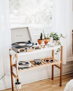 retro home decor home decor record player urban outfitters Deco Studio, Ideas Hogar, Vintage Room, Bedroom Vintage, Vintage Stuff, Aesthetic Rooms, Retro Home Decor, Home Interior, Loft Interior Design