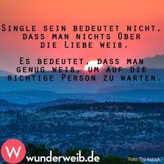 Single sein bedeutet nicht, dass man nichts über die Liebe weiß. Es bedeutet, dass man genug weiß, um auf die richtige Person zu warten.