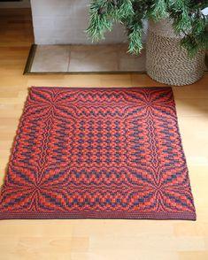 Lehdykkäköynnöstä kulmasta kulmaan! Taalainsidosmattoon voidaan kutoa monilla eri materiaaleilla. Neliön lisäksi mallista saa kauniin pitkän maton. Lehdykkä (3673-4) Mallikerta nro 4/2018. Weaving Patterns, Tapestry Weaving, Woven Fabric, Carpets, Loom, Projects To Try, Textiles, Rugs, Inspiration