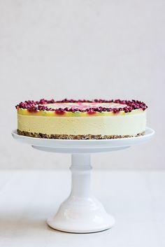 Här är en RAW swirltårta som är inspirerad av min absoluta favorit isglass, Twister! Den här tårtan smakar ananas, jordgubbar och lime! Precis som glassen! Det är krämig, fruktig och otroligt god!